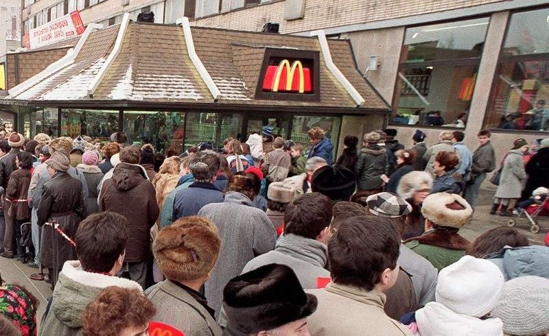 Alături de poporul american! Românii s-au îmbulzit azi în McDonald's-uri
