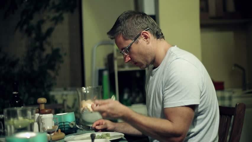 Un bărbat fără gust credea că are Covid, dar de fapt nu știe soția lui să gătească
