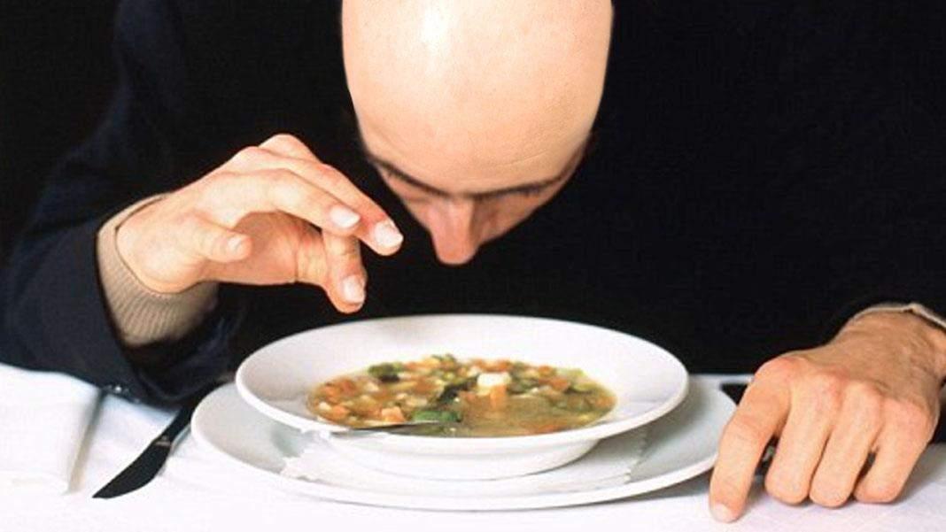 Un chel abia așteaptă deschiderea restaurantelor, că doar acolo mai vedea și el păr