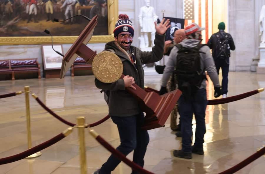 Românul care a furat pupitrul de la Capitoliu a revenit azi în țară