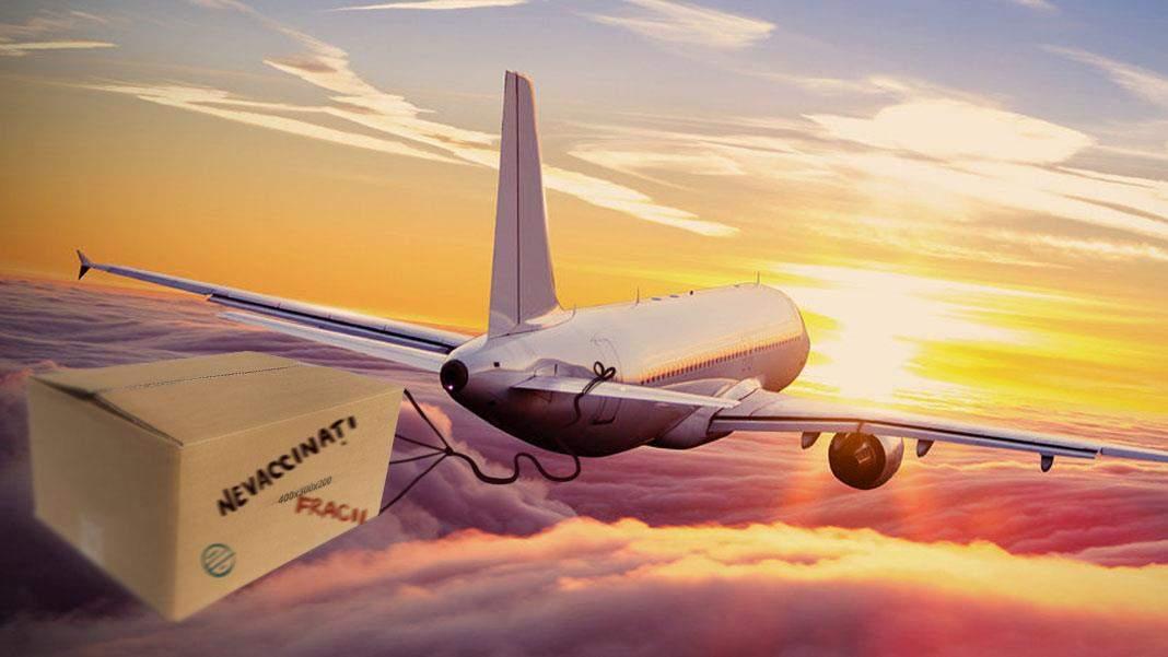 Tarom a decis că românii nevaccinați pot zbura doar într-o cutie legată de avion
