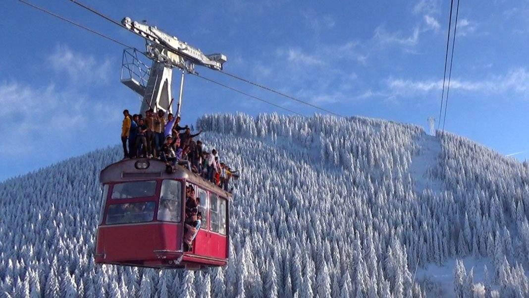 Din cauza aglomerației, se acceptă turiști și pe acoperișul telecabinei!