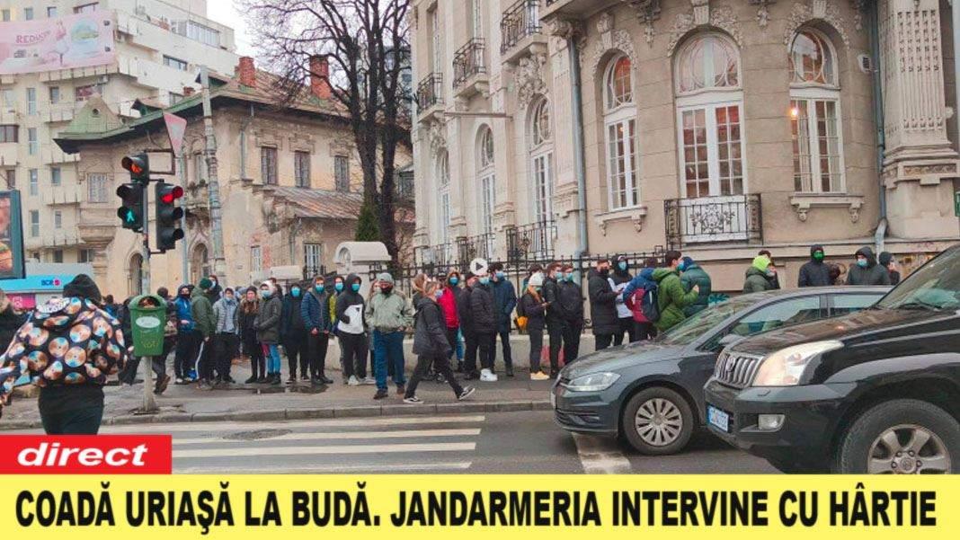 Coadă de 2 km la o budă din Bucureşti, de la burgerii gratis de ieri