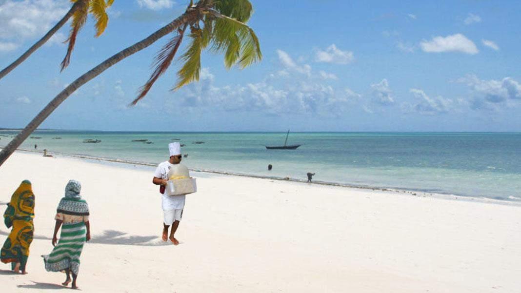 După manele, pe plaja din Zanzibar au apărut și vânzătorii români de porumb