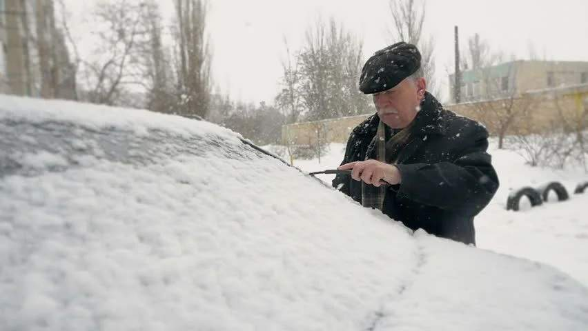 Bătrânii din Brașov spun că n-a mai nins așa mult din februarie