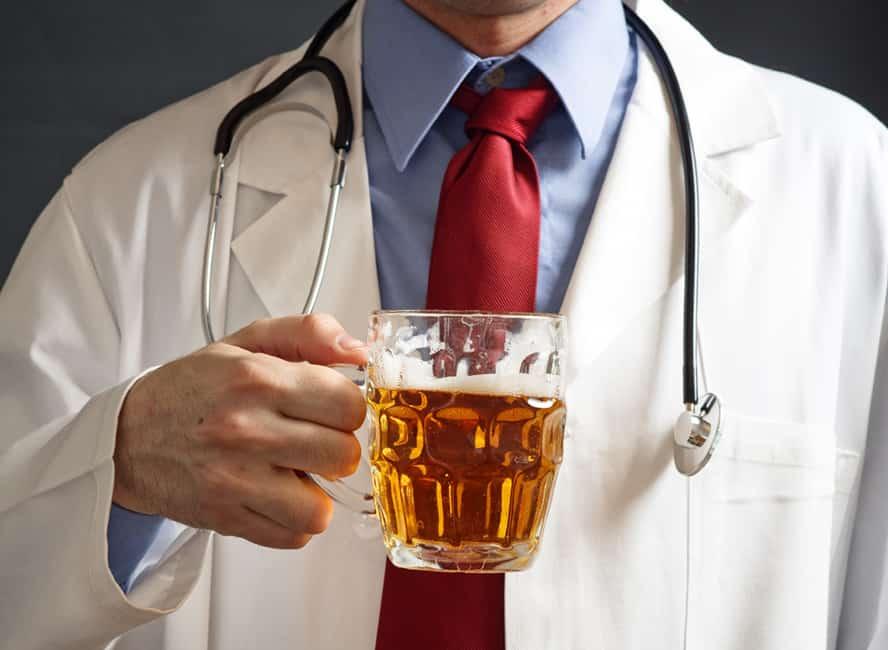 Medic întrebat dacă poți bea după vaccin, prea beat ca să poată răspunde