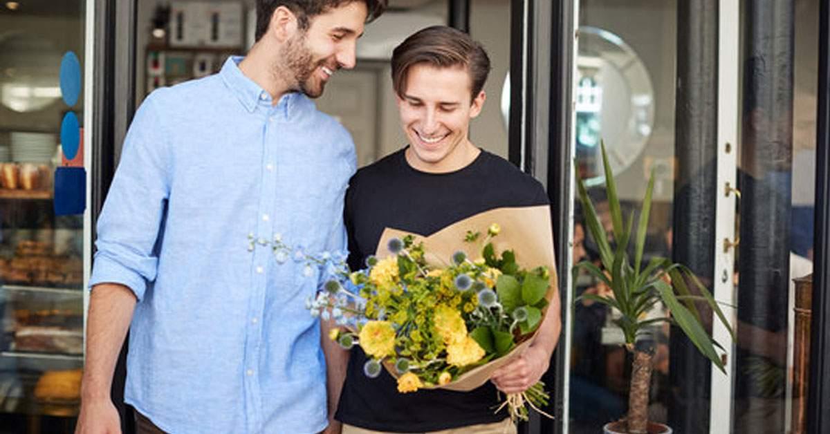 Gata cu discriminarea! Bărbații singuri, obligați să-și dea flori unii altora de 8 Martie
