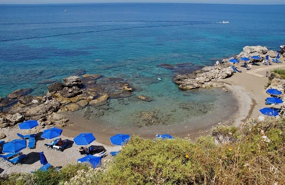 Primul rând de șezlonguri din Grecia e deja rezervat pentru esențiali