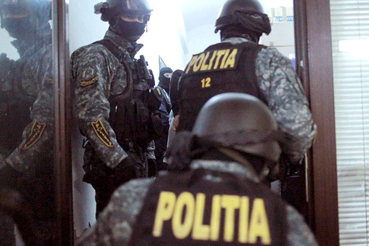 Farsă la bairamul lui Selly. De fapt era Victor Micula în uniformă de polițist!