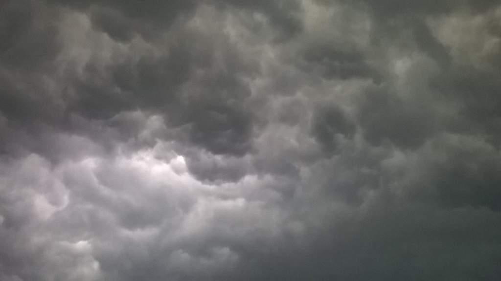 Alertă de vreme severă! Un nor tocmai ne-a pus să scoatem o foaie de hârtie