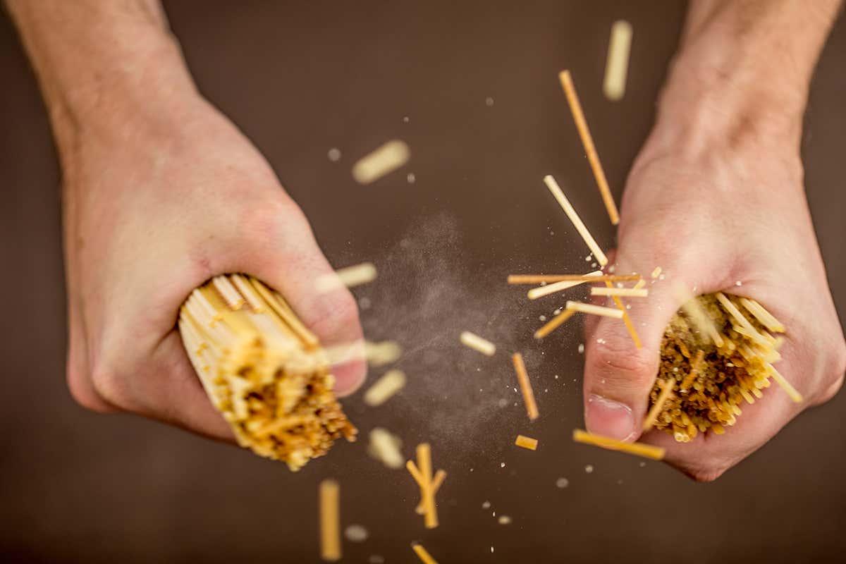 Românul care a rupt spaghetele înainte să le fiarbă, condamnat la moarte în Italia