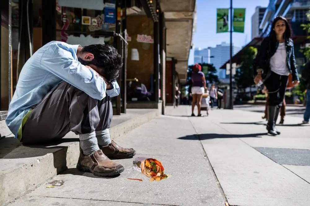 Blestemul lui marți, 13! Unui român vaccinat azi i-a căzut șaorma pe jos