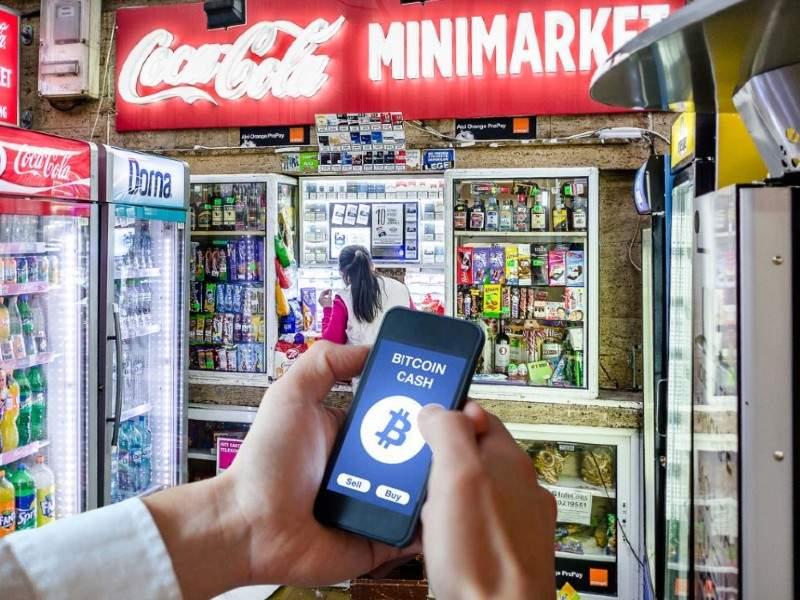 Un chioșcar român a lansat crypto-caramelele, care se dau rest la Bitcoin