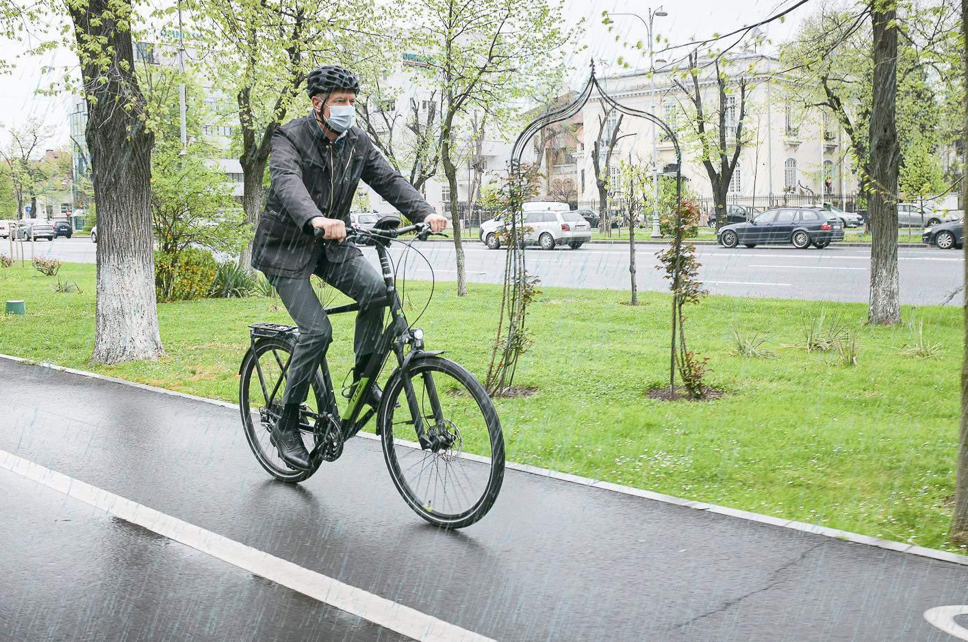Klaus Iohannis, grav afectat de rugină după ce a mers cu bicicleta prin ploaie