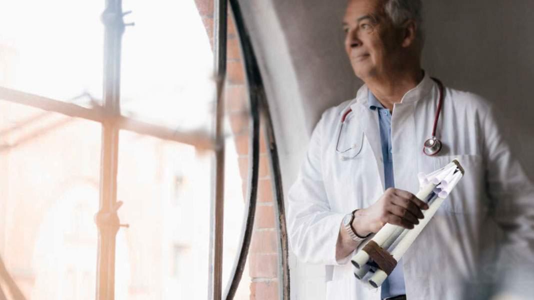 Un medic ștrengar vaccinează românii de la geam, cu cornete cu seringă