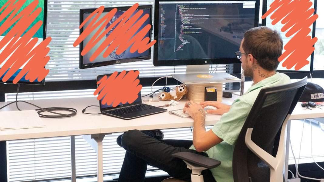 Și programatorii țin post. Săptămâna asta lucrează cu un singur monitor!