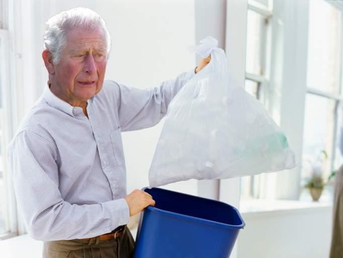 După moartea prințului Philip, regina îl va trimite pe Charles să ducă gunoiul