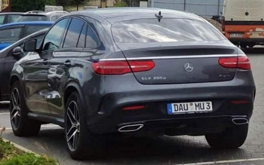 Șoferul cu plăcuța DAU MU3 spune că aşa a luat mașina de la o bătrânică din Germania