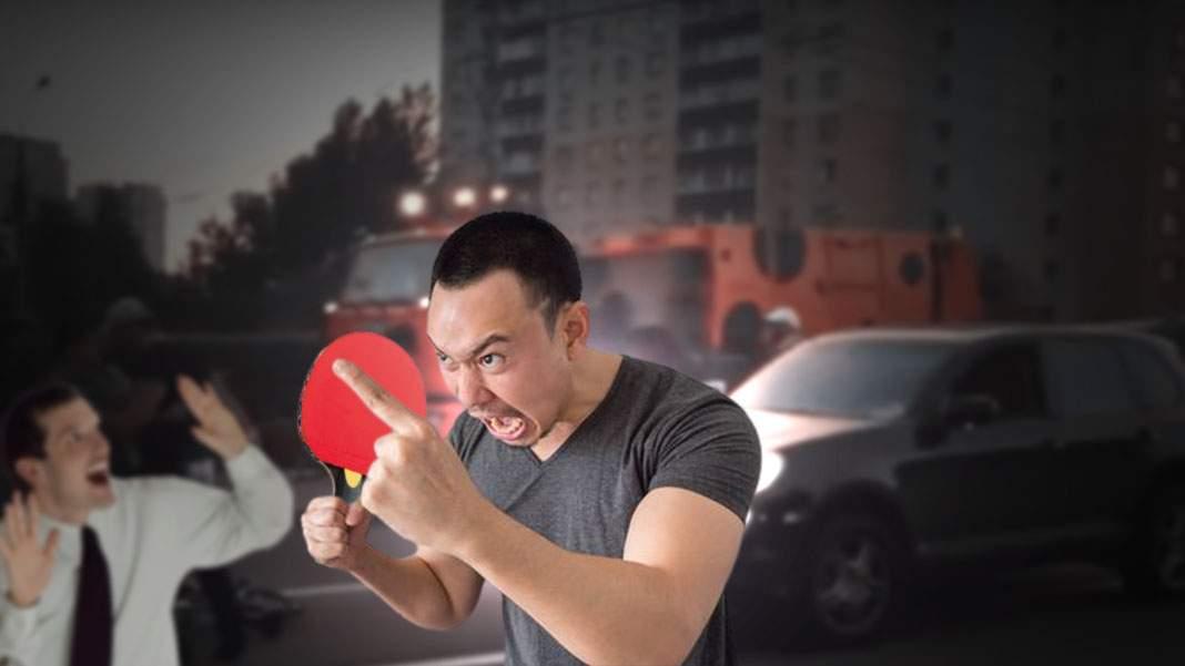 Un cocalar chinez a atacat un șofer în trafic cu paleta de ping pong