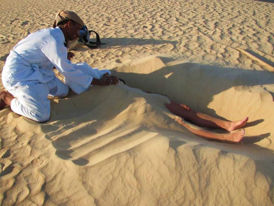 Loredana a adormit pe plajă! Turiștii au spus o rugăciune și au îngropat-o în nisip