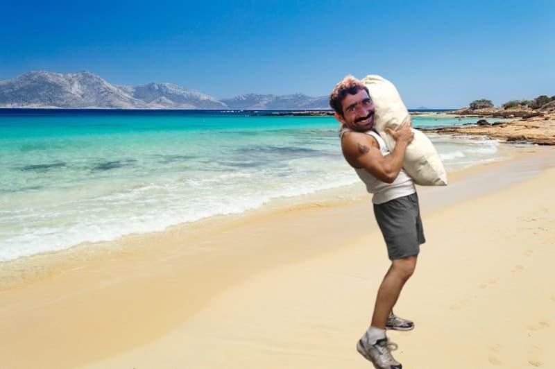 Românii au voie în Grecia doar dacă aduc un sac de nisip, să lărgim plaja Mamaia