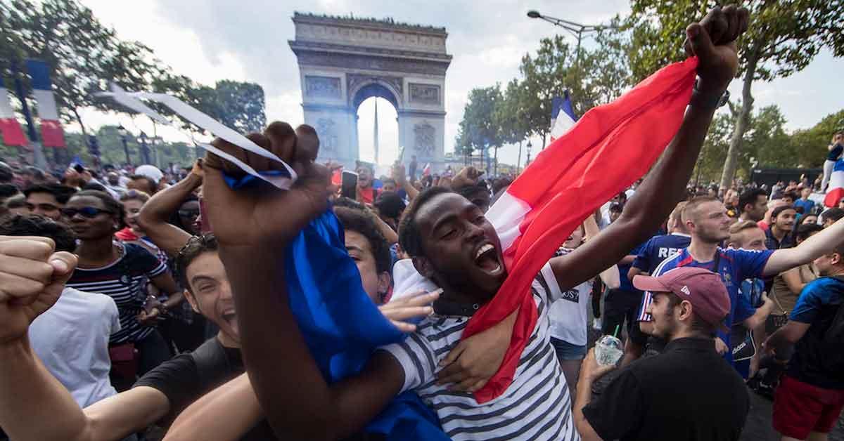 """Suporter francez: """"Bucureștiul chiar seamănă cu Parisul de la 8 beri în sus"""""""