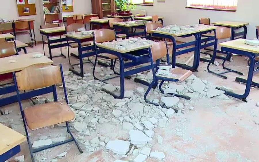 Ce mai pică la Capacitate: unor elevi din Gorj le-a picat tavanul!