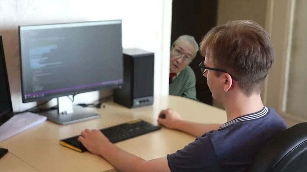 IT-ist care lucrează remote pentru americani, turnat de administrator că e spion