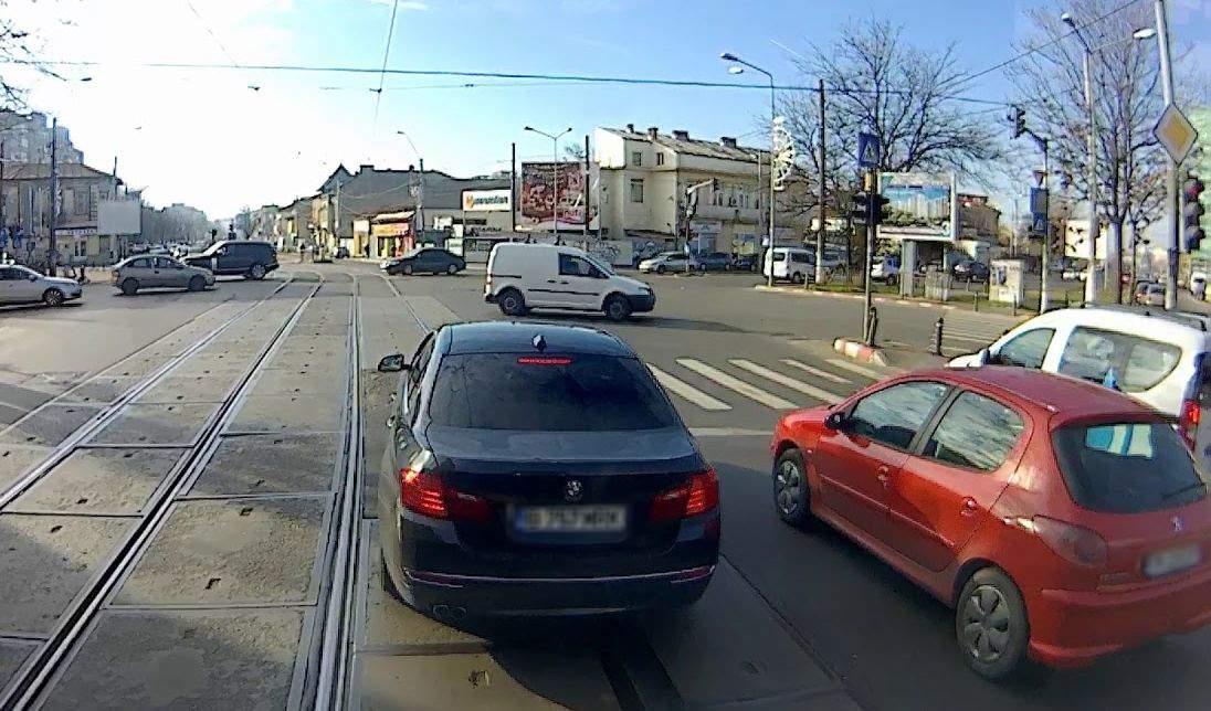 Șinele de tramvai, pericol public. Sute de BMW-uri cu cauciucuri sparte în ultima lună