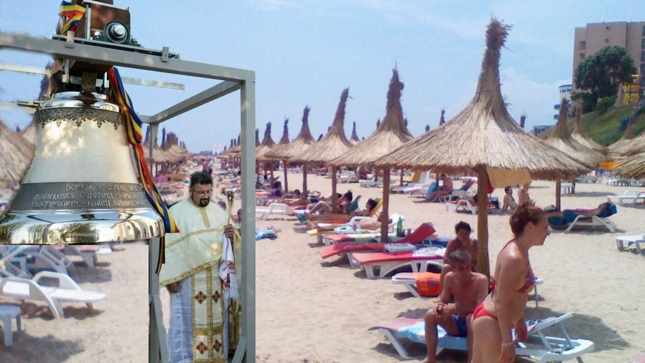 Cocalarii de pe plajă cu boxe portabile, umiliți de un preot cu clopotul