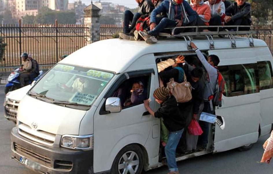 Record mondial! Un șofer de microbuz a reușit să bage 52 de oameni înăuntru