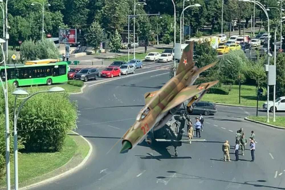 Situaţia se complică! Un MiG a căzut pe elicopterul din piaţa Charles de Gaulle