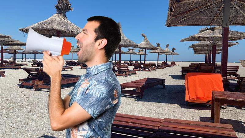 Turiștii de pe plaja din Mamaia folosesc portavocea ca să-i audă chelnerul