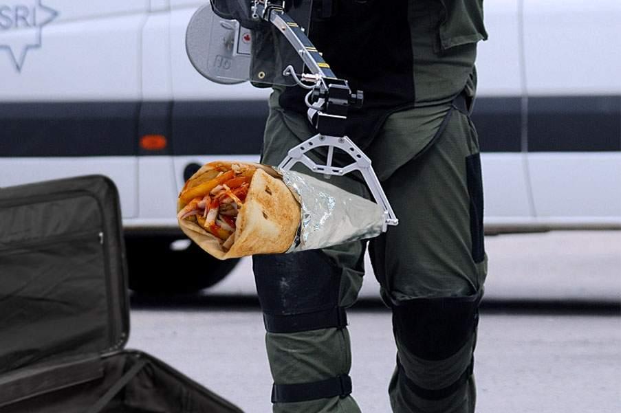 Sărbătoare la Poliţie! Un colet suspect găsit în aeroport conţinea 10 kg de şaorma