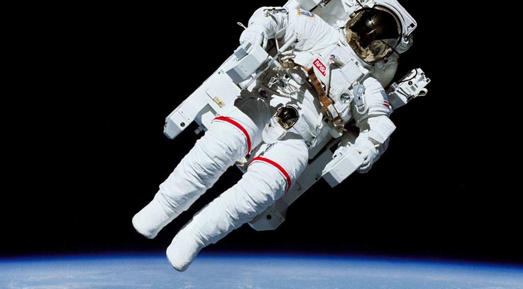 NASA a prezentat costumul spaţial cu şliţ şi o cască mică pentru penis