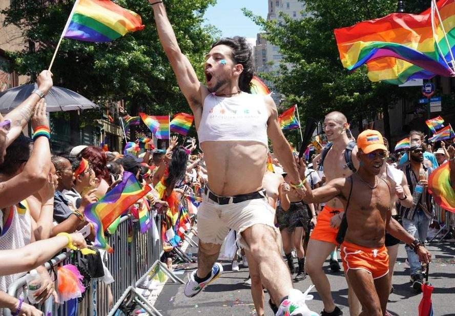 Pregătiri pentru parada gay. Calea Victoriei din București devine pietoanală
