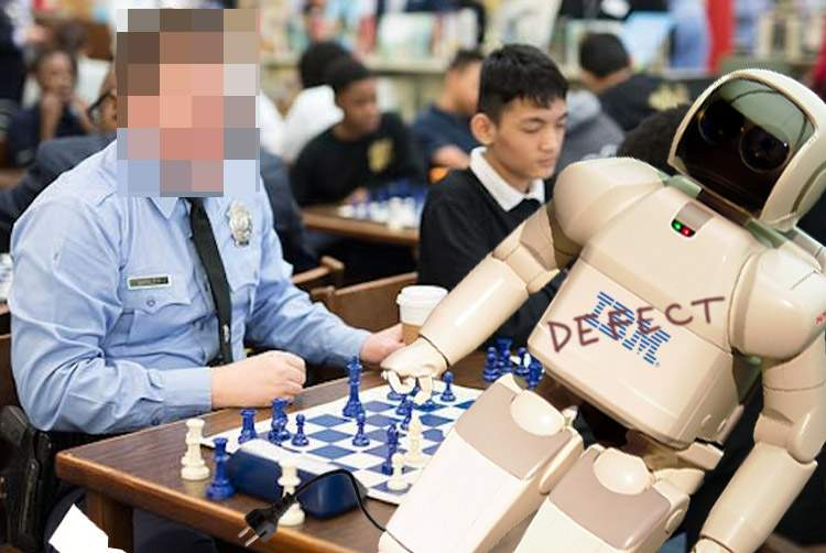 Poliţist, învins la şah de supercomputerul Deep Blue, care era scos din priză