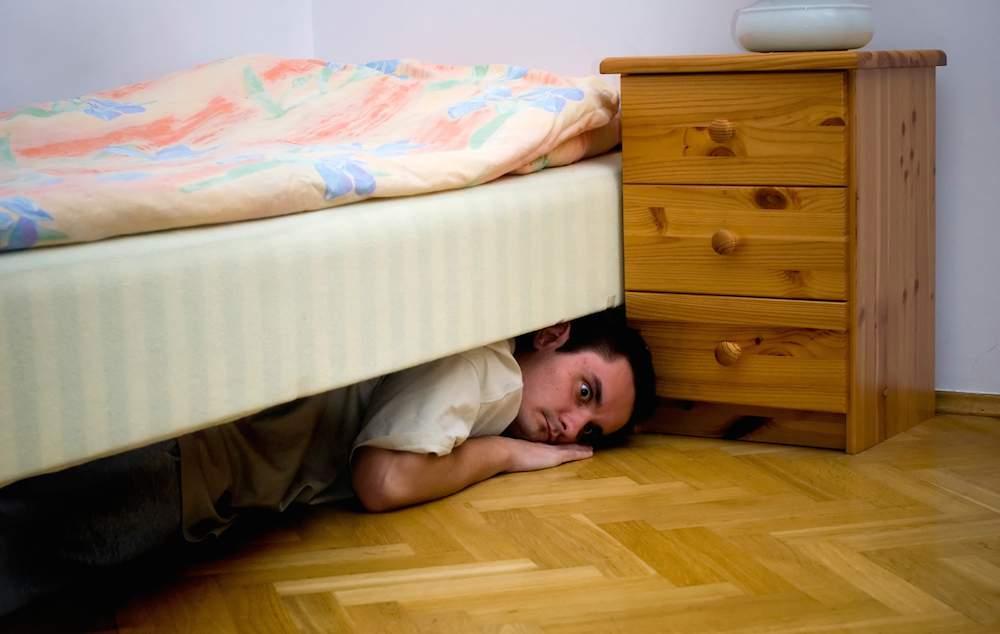 Procurorul care trebuie s-o audieze pe Șoșoacă se ascunde sub pat de 3 zile